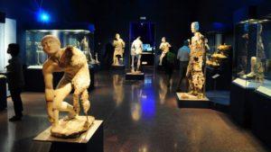 Один из залов Антикитерской выставки в Афинском археологическом музее. Все экспонаты — груз Антикитерского корабля.