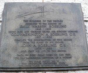 Имена Джона, Вашингтона и Эмили Роблинг на Мемориальнй доске Бруклинского моста