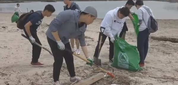 Волонтеры убирают пляжи Кони-Айленда