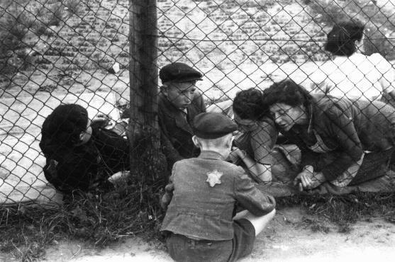 Дети, приносящие еду в гетто