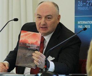 Вячеслав Кантор с книгой Шапиро