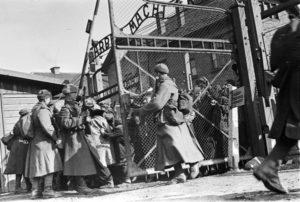 Советские солдаты у ворот лагеря